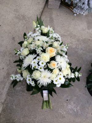 Gerbe-piquée-deuil-bouquet-message